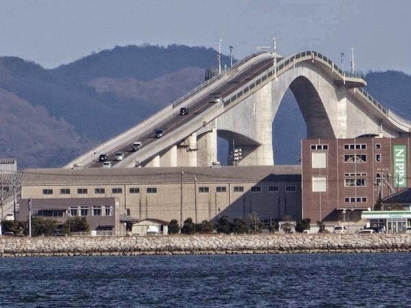 Cuenta con una inclinación de 6.1% por un extremo y de 5,1% por otro, en una altura de 44 metros, una anchura de 11,3 y una longitud de 1,7 kilómetros, que le convierte en el puente rígido más largo de Japón, y el tercero a nivel mundial.